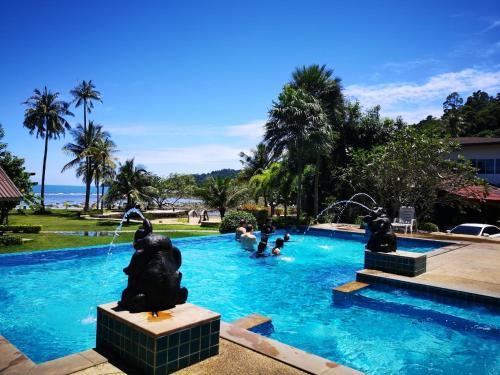 The swimming pool at or near Koh Chang Bailan Beach Resort