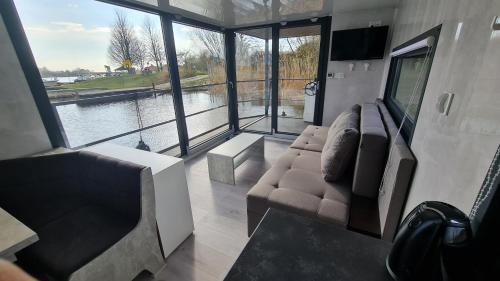 Ein Sitzbereich in der Unterkunft Hausboote Unteres Odertal Hausboot Kranich