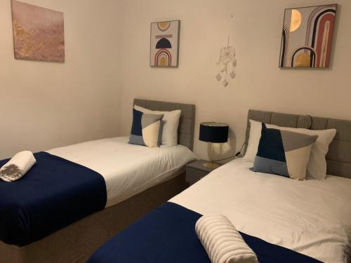 A bed or beds in a room at Absolute Stays on Mansfield
