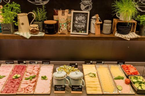 A restaurant or other place to eat at Motel One Wien Westbahnhof