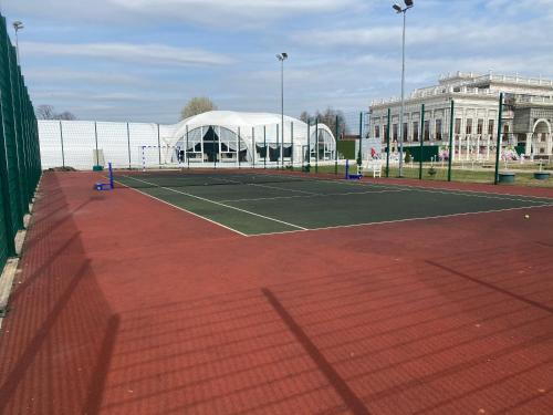 Tennis and/or squash facilities at Villa-Otel' Provans or nearby