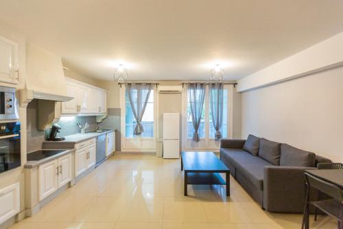 A kitchen or kitchenette at Superbe T4 renove spacieux parking gratuit