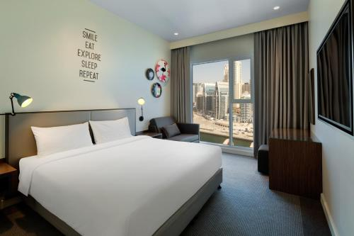 A bed or beds in a room at Rove Dubai Marina