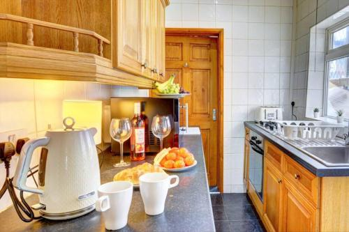 A kitchen or kitchenette at Northey House