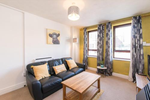 A seating area at Lambley Hideaway - Spacious Apartment with Parking
