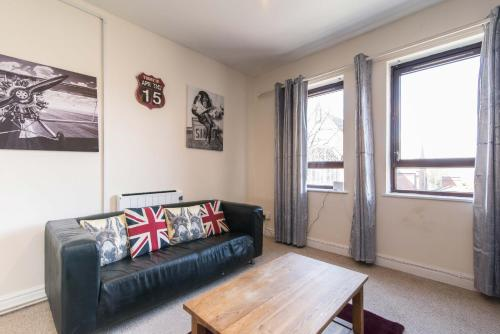 A seating area at Spacious one bedroom apartment with free parking