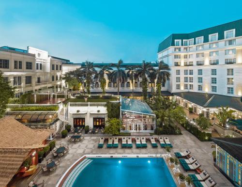 Vue sur la piscine de l'établissement Sofitel Legend Metropole Hanoi ou sur une piscine à proximité