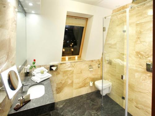 A bathroom at Hotel Zamek Centrum