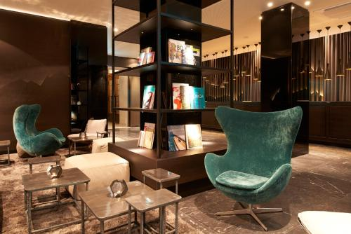 A seating area at Motel One Zürich