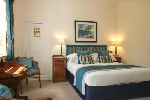 A bed or beds in a room at Rollestone Manor B&B and Restaurant