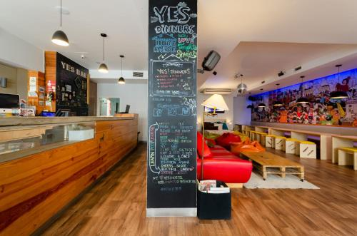 The lounge or bar area at Yes Lisbon Hostel