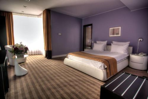 A bed or beds in a room at Hotel Dumbrava