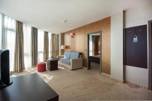 A seating area at Hotel Primorsko Del Sol