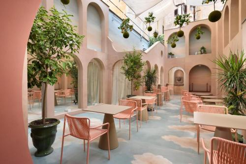 A restaurant or other place to eat at Leon's Place Hotel In Rome