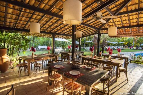 A restaurant or other place to eat at Porto Zarpa Hotel