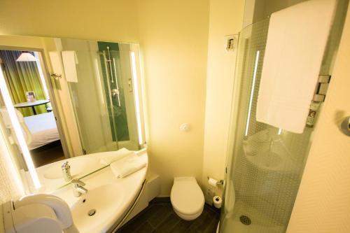 Salle de bains dans l'établissement ibis Martigues Centre