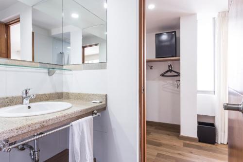 Un baño de 3H Hotel Florencia Plaza Medellin