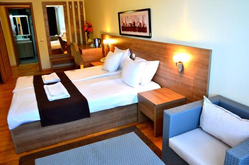 A bed or beds in a room at Park Lakeside Hotel