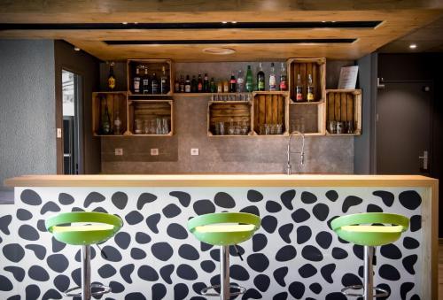 The lounge or bar area at ibis budget Avignon Centre