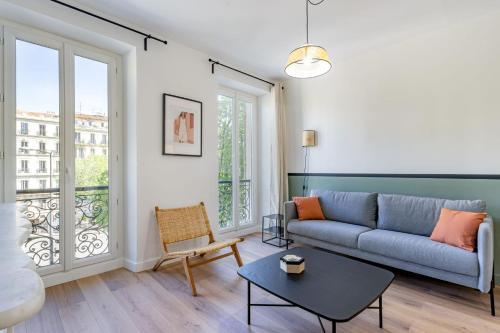 A seating area at Le patio de Perier