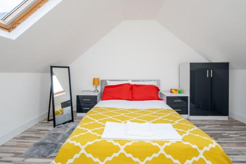 A bed or beds in a room at Stunning 1 Bedroom Serviced Apartment WRB