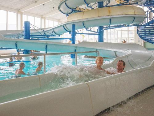 Swimmingpoolen hos eller tæt på 6 person holiday home on a holiday park in Ringkøbing