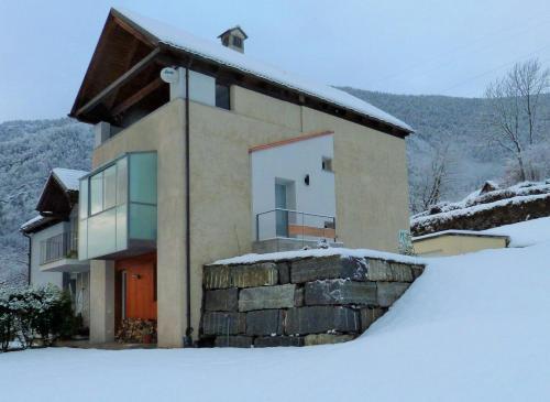Maison 4 soleil. Casa design luce e natura during the winter