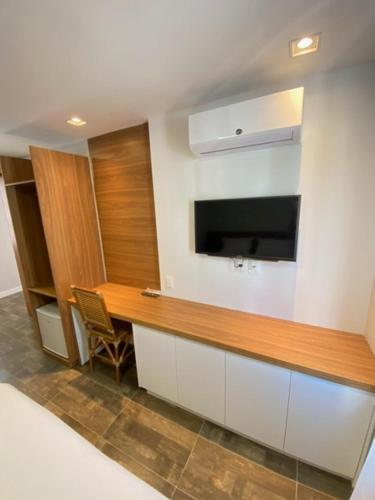 A television and/or entertainment centre at Swell Praia Hotel