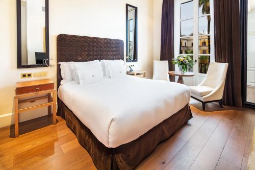 A bed or beds in a room at Sonder l DO Plaça Reial