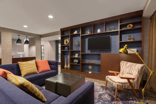 A seating area at DoubleTree by Hilton McLean Tysons