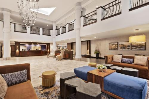 The lounge or bar area at DoubleTree by Hilton McLean Tysons