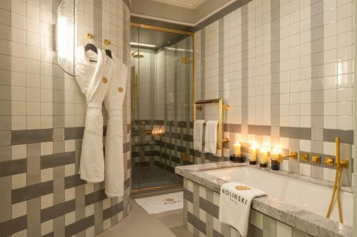 Um banheiro em Nolinski Paris