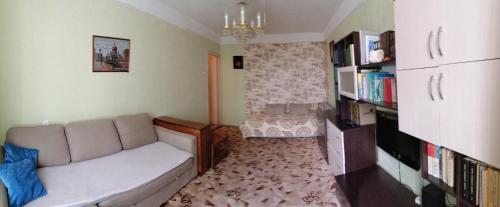 Гостиная зона в Apartments at Kondratyevskiy 75 block 2