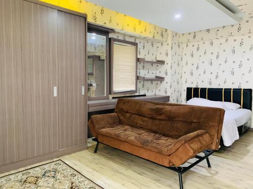 A seating area at Apartemen Cibubur Village by Raja Sulaiman Property