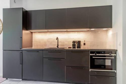 A kitchen or kitchenette at Charmant T2 climatisé - Canebière et Vieux-Port