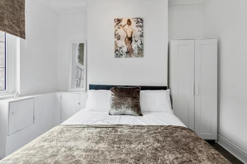 A bed or beds in a room at Staywhenever TS- 4 Bedroom House, King Size Beds, Sleeps 9