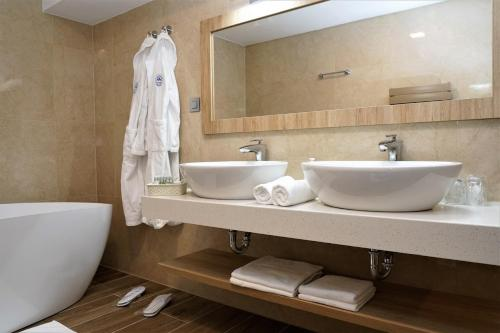 A bathroom at Grand Hotel BELLEVUE