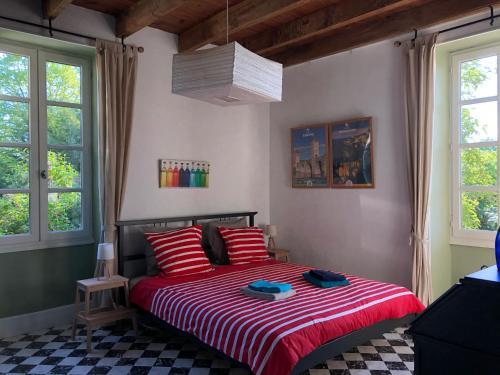 A bed or beds in a room at Les Escaliers de La Combe