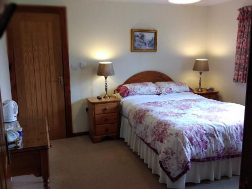 A bed or beds in a room at Alltyfyrddin Farm