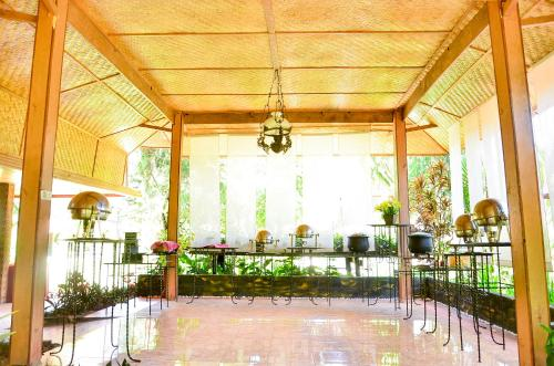 A restaurant or other place to eat at Toraja Misiliana Hotel