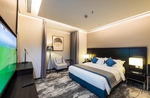 سرير أو أسرّة في غرفة في عابر المونسية