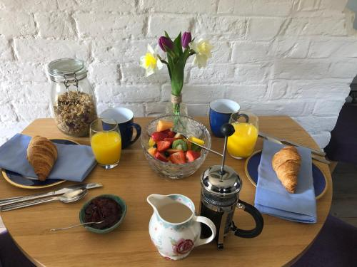 Breakfast options available to guests at Oakhill