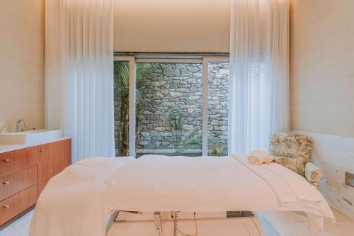 A bed or beds in a room at Casa Velha do Palheiro