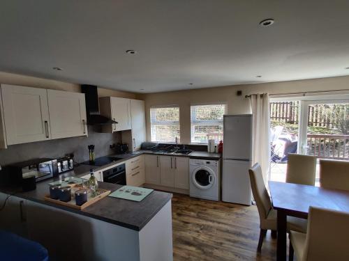 A kitchen or kitchenette at Ben Vorlich Cottage