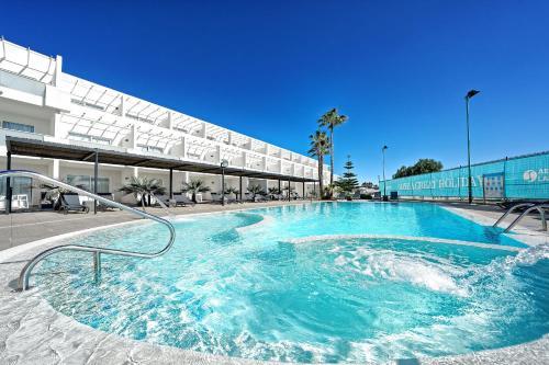 Het zwembad bij of vlak bij Aequora Lanzarote Suites
