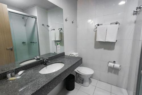 A bathroom at Master Cosmopolitan Moinhos de Vento