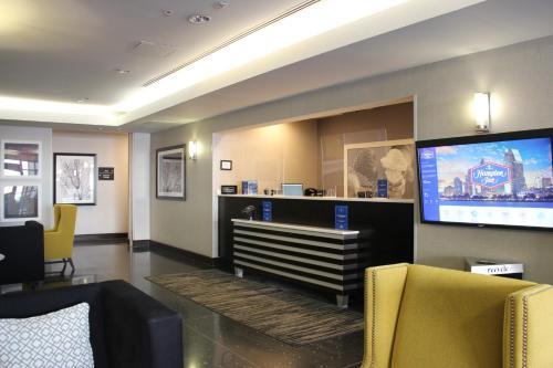 The lobby or reception area at Hampton Inn San Diego Downtown