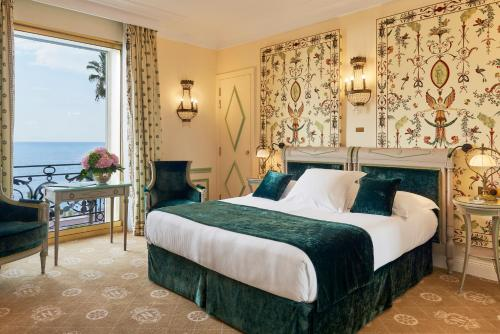 A bed or beds in a room at Hotel Negresco