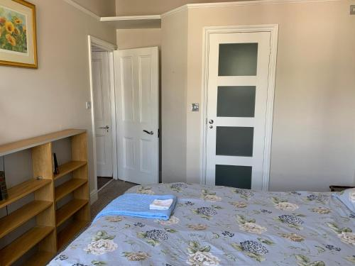 A bed or beds in a room at Sunny ensuite room and annex near Tottenham Stadium