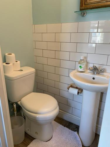 A bathroom at Sunny ensuite room and annex near Tottenham Stadium